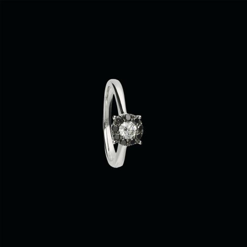 Anello in oro bianco 18 carati, diamanti bianchi e diamanti neri taglio brillante
