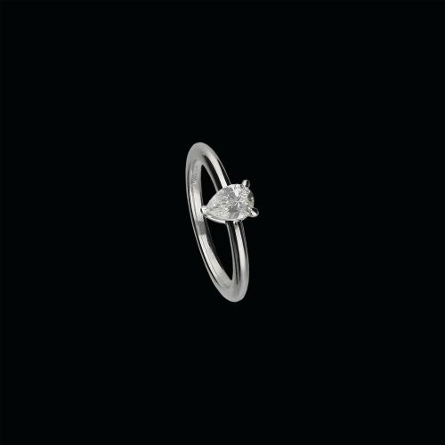 Anello solitario  in oro bianco 18 carati con diamante taglio goccia