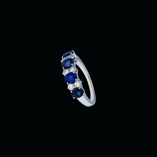 Anello in oro bianco 18 carati, zaffiri blu e diamanti bianchi taglio brillante