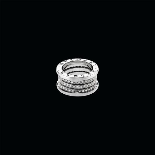 Anello B.zero1 a 4 fasce in oro bianco 18 carati con pavé di diamanti. Il prezzo dipende dalla misura